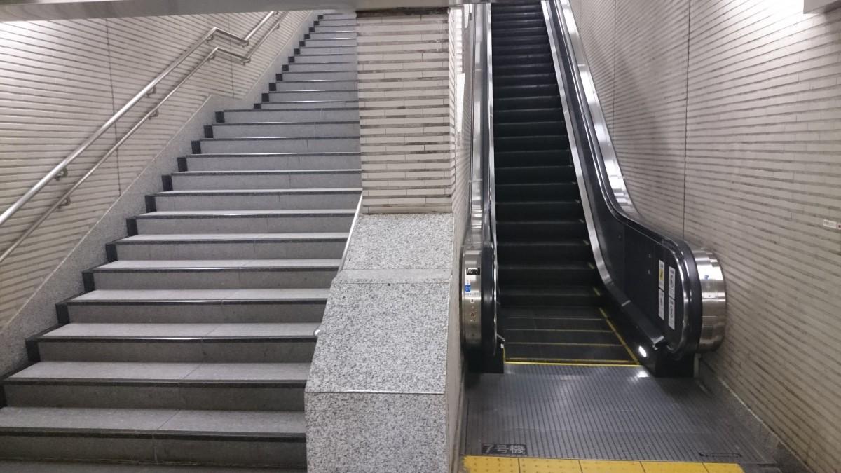 7番出口へ向かう登りエスカレーターと階段