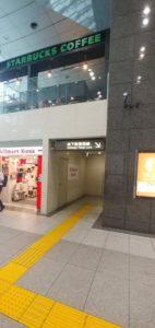 日本橋口のスターバックス下の階段